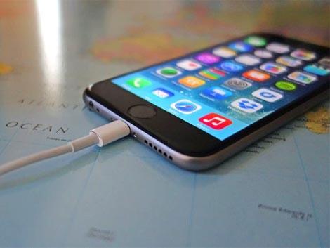 Smartphone conectado na tomada a noite toda